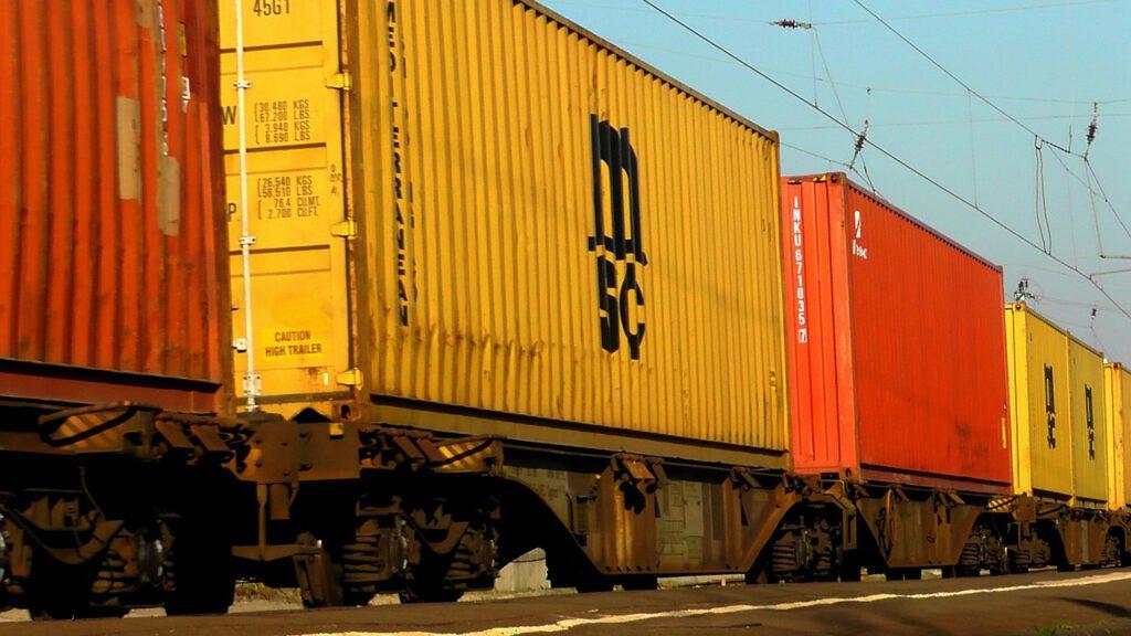 Dieses Bild hat ein leeres Alt-Attribut. Der Dateiname ist freight-train-328763_1280-1024x576.jpg